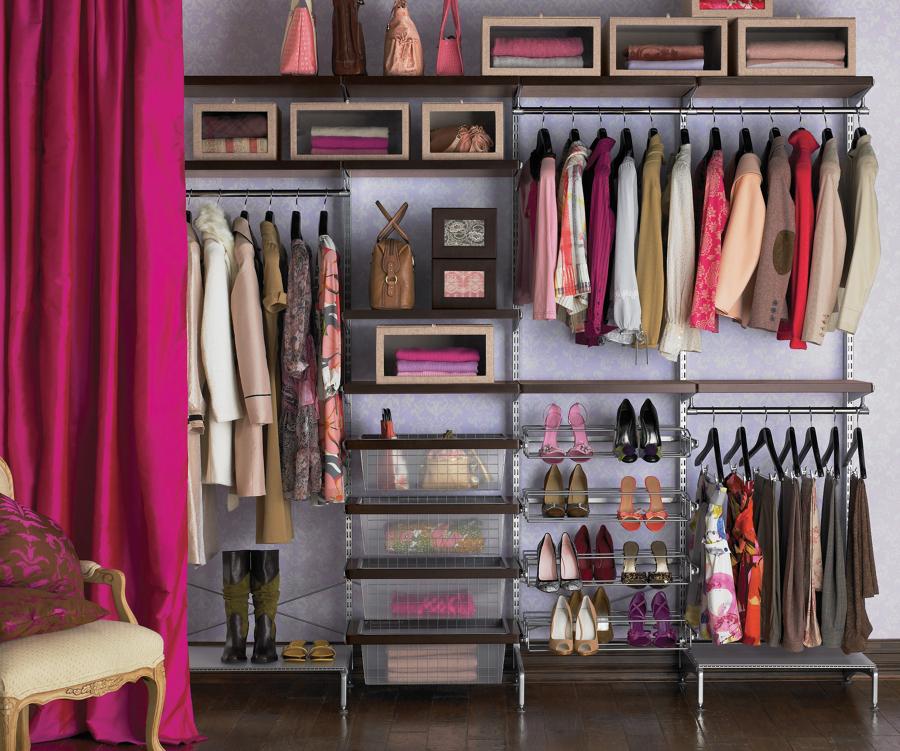 armario-de-mujer-con-ropa-de-otono-927416